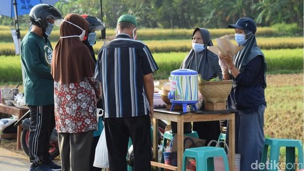 Lokasinya sangat strategis karena biasa menjadi jalur olahraga dan mobilitas warga setempat dan desa-desa sekelilingnya. Pasar Daling terbilang adaptif. Urusan protokol kesehatan telah terkonsep. (Foto: Rinto Heksantoro/detikcom)