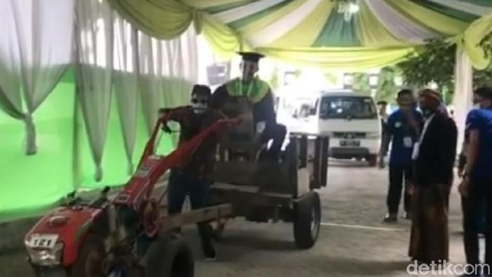 Momen Mahasiswa IAIN Tulungagung Naik Traktor Bajak Sawah saat wisuda