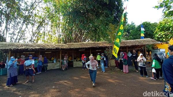 Beginilah suasana Pasar Ampiran yang unik di Kudus. Pasar ini terletak di Dukuh Piji Wetan, Desa Lau, Kecamatan Dawe, Kudus. Jaraknya sekitar 11 kilometer dari pusat kota Kudus. (Dian Utoro Aji/detikTravel)
