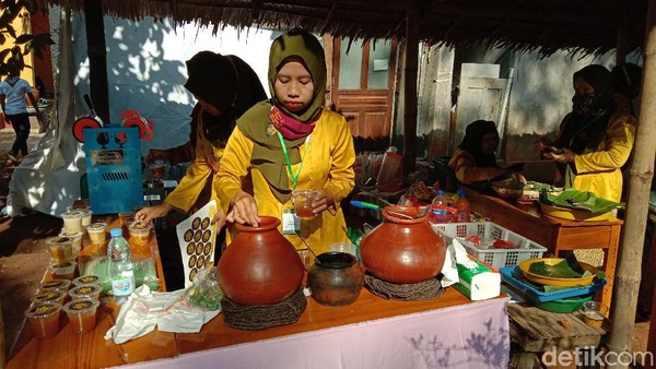Aneka minuman juga ada di pasar ini. Pasar Ampiran ini juga merupakan program PKK, membuat makanan tradisional yang memiliki unsur ketradisionalan. Dengan adanya pasar ini, diharapkan dapat melestarikan dan mengenal kembali kebudayaan di Lereng Muria Kudus. (Dian Utoro Aji/detikTravel)