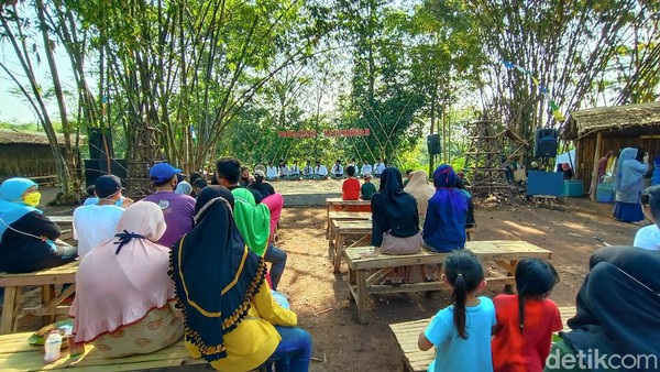 Di sudut depan Pasar Ampiran terdapat panggung yang menampilkan kesenian tradisional khas dukuh Piji Wetan. Konon katanya budaya di Piji Wetan merupakan warisan dari Sunan Muria. (Dian Utoro Aji/detikTravel)