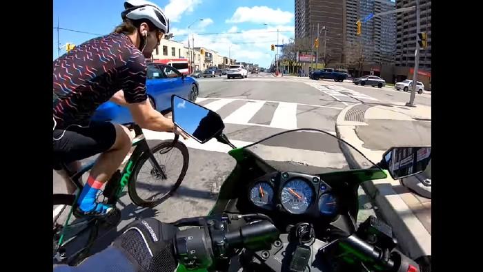 Pemotor tabrak pesepeda yang ingin berbelok