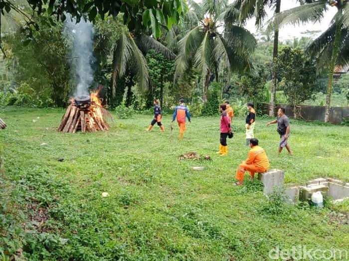 BPBDKabupaten Banyumas bersama pihak kepolisian melakukan penyemprotan pestisida ke rumah rumah warga yang terdampak serangan semut di Banyumas, Jawa Tengah.