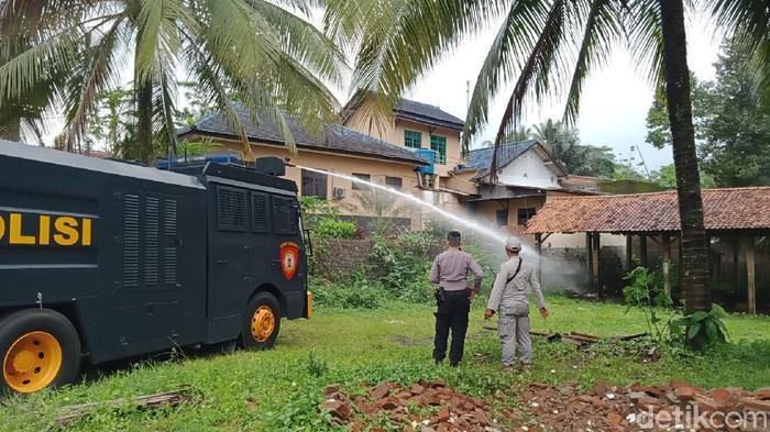 Petugas mengerahkan water cannon untuk meredam teror semut di Desa Pageraji, Banyumas