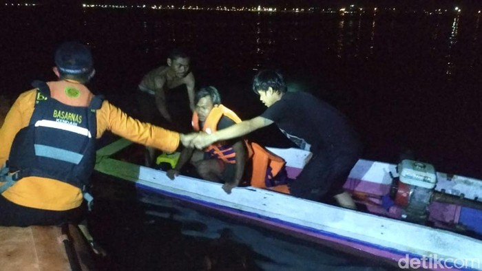 Proses evakuasi longboat terbalik di Kolaka
