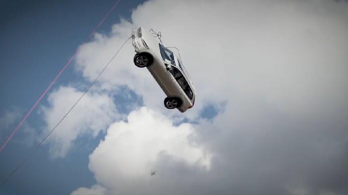 Puluhan mobil Volvo dijatuhkan dari ketinggian 30 meter