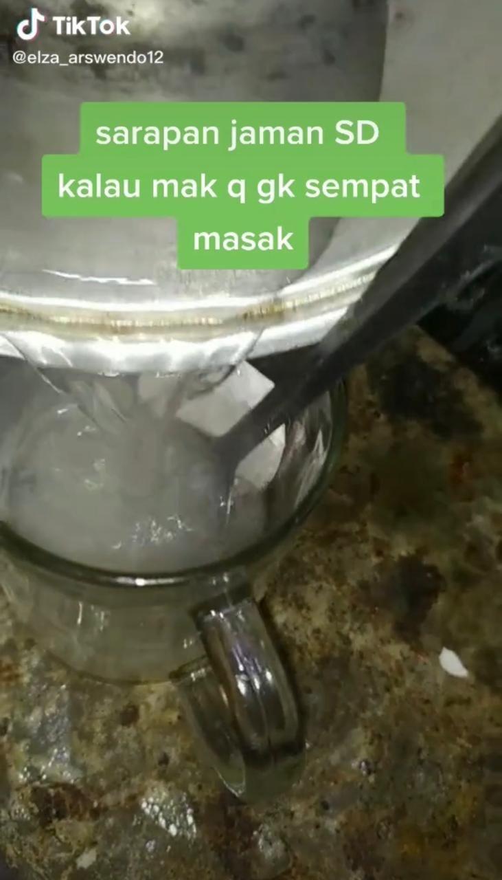 Sarapan Teh Manis Campur Nasi, Netizen: Sekte Apalagi Ini?