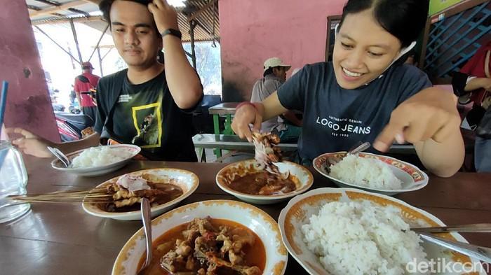Di Desa Pohrubuh, Kecamatan Semen, Kabupaten Kediri, ada kuliner sate kambing yang sangat terkenal murahnya. Seporsi sate kambing harganya hanya Rp 10.000 saja lho.