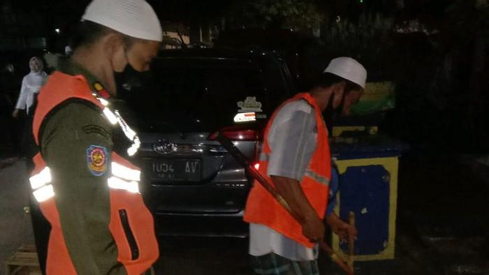 Satpol PP menindak warga tak pakai masker di KS Tubun-Petamburan.
