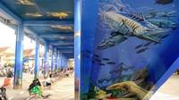 Lukisan yang menghiasi kawasan Skywalk Pantai Barat Pangandaran tersebut merupakan karya seniman-seniman mural asli Pangandaran.Mereka disokong oleh sebuah perusahaan cat.
