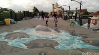 Selain itu di bagian lantai jembatanSkywalk Pantai Barat Pangandaran, terdapat gambar tiga dimensi yang mampu menambah variatif hasil foto para wisatawan.