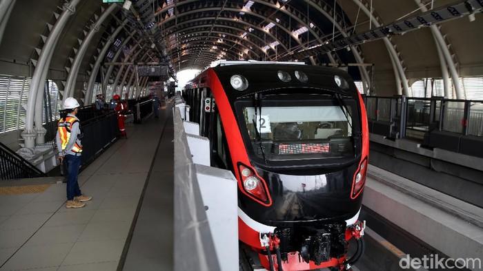 Stasiun LRT Taman Mini, Jakarta sudah hampir rampung pengerjaannya. Berikut foto-foto terkini suasana di lokasi.