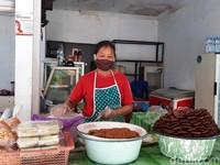 Di salah satu sudut Tlaga Putri masih ada penjual oleh-oleh yang buka. Di dalam kios itu hanya ada seorang ibu-ibu yang tengah sibuk mengolah makanan.