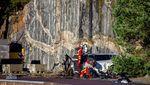 Potret Puluhan Mobil Volvo Sengaja Dijatuhkan dari Ketinggian 30 Meter