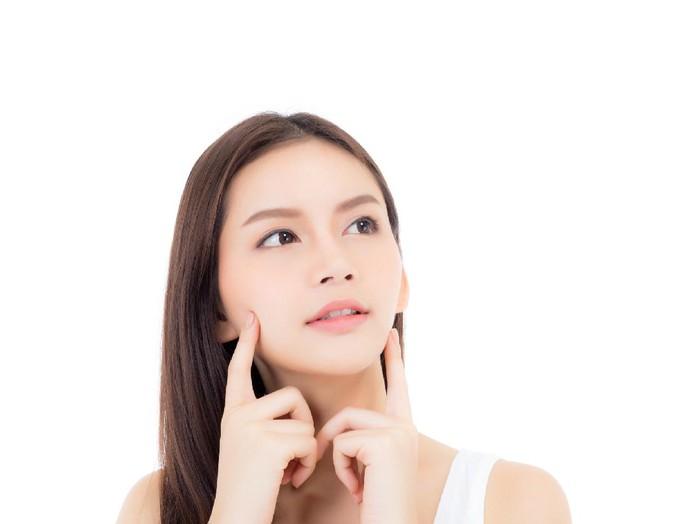 Ilustrasi makan makanan mengandung kolagen bisa membantu mendapatkan kulit sehat dan awet muda. Foto: Getty Images/iStockphoto/narith_2527