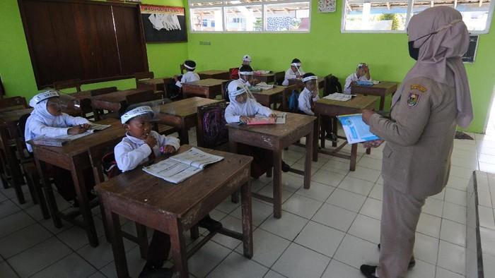 Sejumlah siswa SD Negeri 2 Tlogolele membeli makanan saat istirahat di Tlogolele, Selo, Boyolali, Jawa Tengah, Senin (16/11/2020). Meski status Siaga Gunung Merapi, sebagian murid sekolah tersebut masuk sekolah untuk mengatur dan mengumpulkan tugas karena sebagian besar siswa tidak memiliki gawai atau alat pendukung komunikasi untuk bersekolah secara daring. ANTARA FOTO/Aloysius Jarot Nugroho/hp.