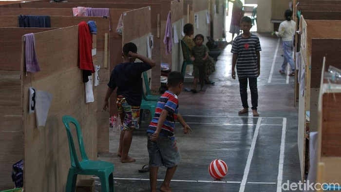 Aktivitas warga di barak pengungsian Desa Deyangan, Mungkid, Kabupaten Magelang, Jawa Tengah, Senin (16/11/2020).