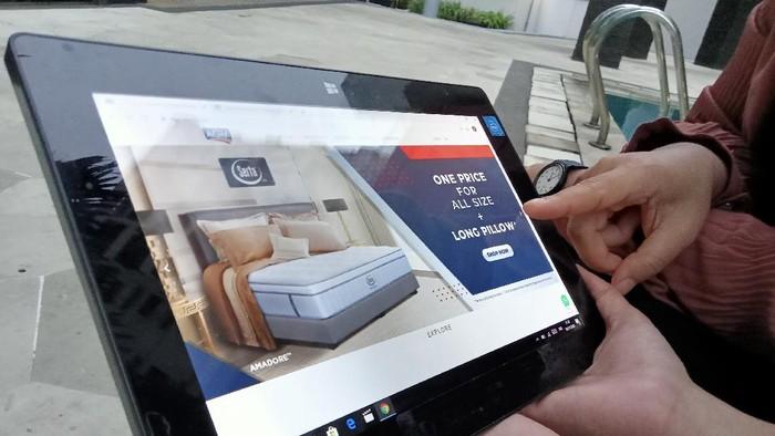 Belanja daring berkembang pesat seiring tingginya angka penetrasi internet di Indonesia. Hal itu juga yang membuat perusahaan ini mulai mengalihkan penjualannya.