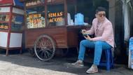 Chef Arnold Bergaya Necis Saat Makan Bubur di Pinggir Jalan