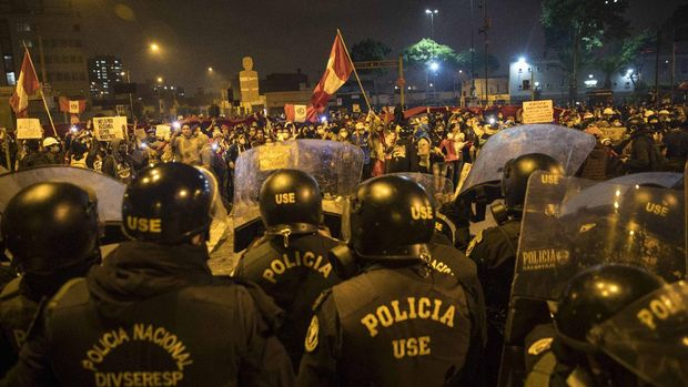 Demonstran bentrok dengan polisi dalam unjuk rasa di Lima, Peru. (AP/Rodrigo Abd)