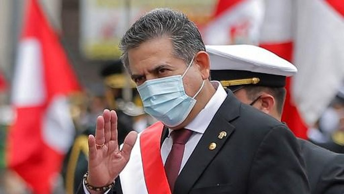 (FILES) In this file picture taken on November 10, 2020 the head of the Peruvian Congress, Manuel Merino, waves after being sworn in as interim President in Lima, day after the Congress voted to impeach and oust President Martin Vizcarra over corruption allegations. - Perus President Manuel Merino resigned on Novemer 15, 2020, just five days after taking office, sparking wild street celebrations in the capital Lima after protests against his rule. (Photo by Luka GONZALES / AFP)