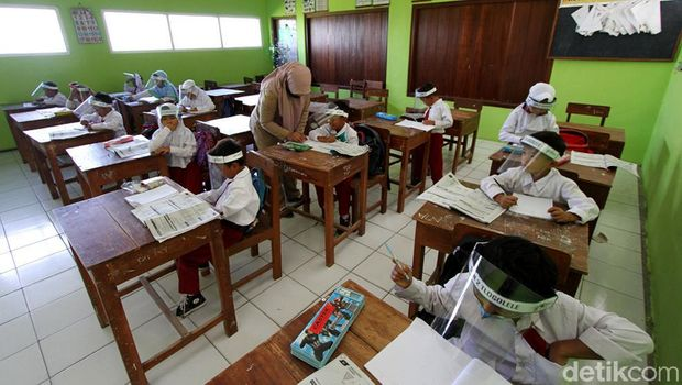 Siswa di lereng Gunung Merapi tetap belajar di sekolah meski status gunung itu kini siaga. KBM tatap muka di sekolah itu hanya dilakukan 2 hari selama 1 minggu.