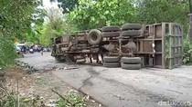 Truk Terguling Tabrak Pikap di Pasuruan, Jalan Menuju Bromo Macet Parah