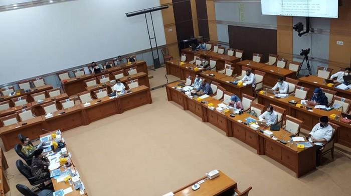 Rapat kerja Komisi VIII DPR dengan Kemendagri dan KemenPAN-RB soal RUU Penanggulangan Bencana, di gedung DPR, Jakarta, Senin (16/11/2020).