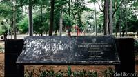 Taman Tebet atau kerap disebut Taman Honda dibangun pada tahun 1960 dan sempat terbengkalai pada tahun 1970. Pernah pula menjadi pemukiman liar sampai tahun 2006. Pada 2010, taman direvitalisasi dengan penanaman 1.180 pohon.