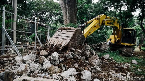 Kini Taman Tebet tengah direvitalisasi menjadi Eco Garden. Tampak alat berat berada di area pembangunan untuk membantu pekerja merevitalisasi taman tersebut.