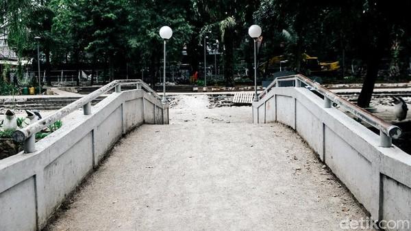 Sungai di sepanjang taman pun akan dinaturalisasi dengan pelebaran dan perubahan profil tanggul, tujuannya untuk bisa menjadi kolam retensi saat hujan. Pohon-pohon yang tidak sehat akan diganti, naturalisasi akan menyesuaikan kondisi vegetasi yang ada.