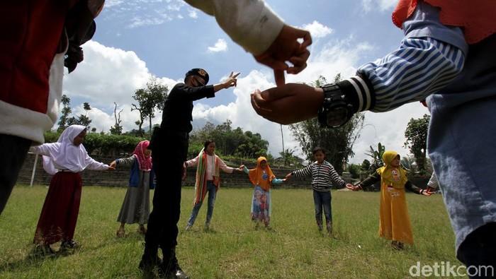 Naiknya status Merapi jadi siaga membuat sejumlah warga mengungsi. Guna jaga keceriaan anak-anak yang tinggal di area rawan bencana, sejumlah kegiatan diadakan.