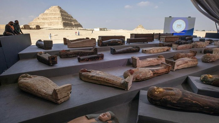 Journalists crowd to report on newly discovered ancient sarcophagi in a vast necropolis in Saqqara, Giza, Egypt, Saturday, Nov. 14, 2020. Egyptian antiquities officials on Saturday announced the discovery of at least 100 ancient coffins, some with mummies inside, and around 40 gilded statues south of Cairo. (AP Photo/Nariman El-Mofty)
