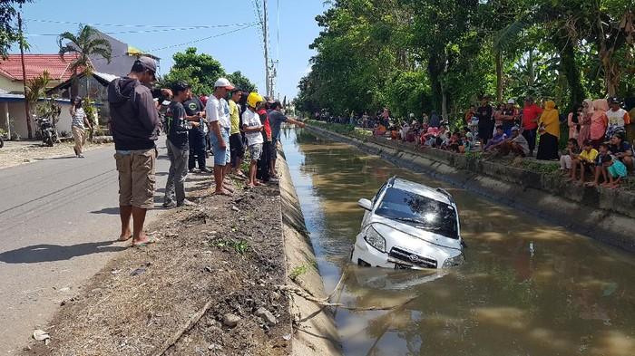 Mobil Pejabat Pemprov Sulbar Terjun ke Saluran Irigasi