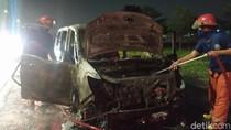 Sebuah MPV terbakar di Tol Sidoarjo, Sebelumnya Sempat Servis AC