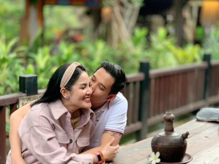 Nindy Ayunda dan suami