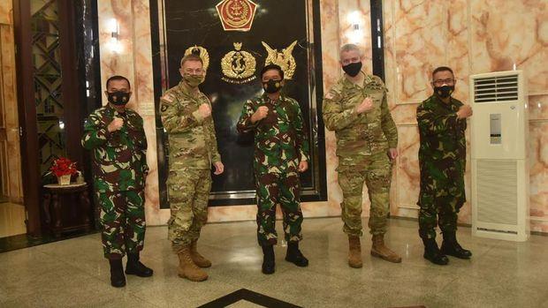 Panglima TNI Marsekal Hadi Tjahjanto menerima courtesy call Chief of Staff of the US ARMY General James C. McConville (Dok. Puspen TNI).