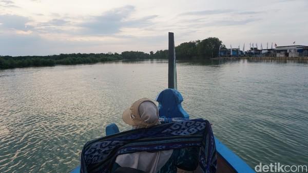 Pengunjung hanya butuh mengeluarkan kocek Rp 15 ribu untuk membayar tiket. Satu tiket tersebut sudah merupakan parkir motor maupun mobil, naik perahu, hingga menikmati pemandangan di bibir Pantai Glagah Wangi.