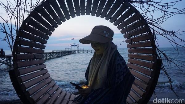 Pengunjung bisa menikmati fasilitas menaiki perahu diesel berjarak 300 meter, sembari menikmati pemandangan alami mangrove dan spesies burung.