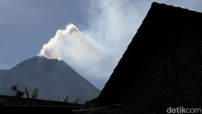 Status Gunung Merapi naik jadi siaga sejak beberapa hari lalu. Gunung aktif itu pun sempat mengeluarkan asap putih. Berikut penampakannya.