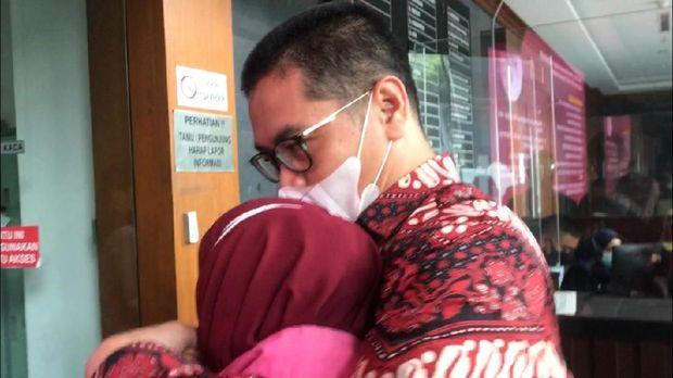 Momen AKBP Napitupulu Yogi Yusuf mencium kening Pinangki Sirna Malasari, di Pengadilan Tipikor Jakarta, Senin (16/11/2020).