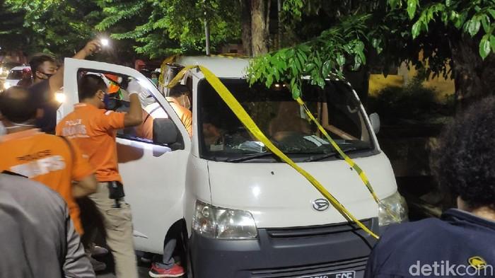 Polisi olah TKP penemuan mayat dalam mobil di Kota Semarang, Senin (16/11/2020).