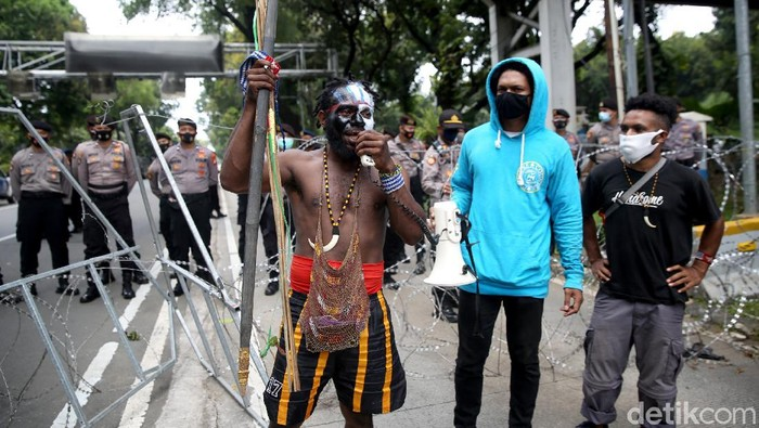 Sejumlah mahasiswa Papua gelar aksi unjuk rasa di kawasan Patung Kuda, Jakarta. Aksi mereka diadang petugas kepolisian saat hendak gelar demo di Istana Negara.
