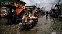 Potret Para Pencari Rezeki di Tengah Banjir Rob Muara Angke