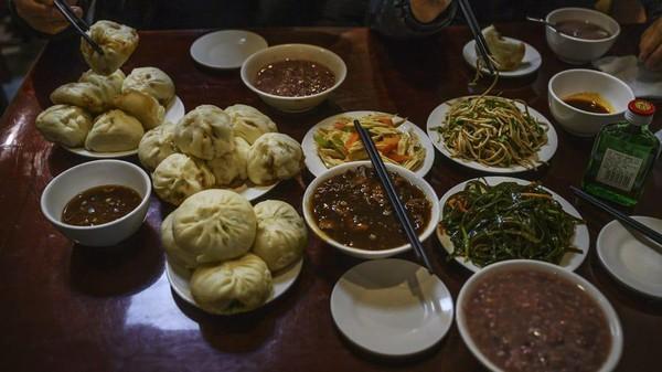 Joe Biden dan rombongan memesan 5 porsi Zha Jiang Mian (mie dengan pasta kacang merah), 10 bakpao kukus, timun parut, kentang parut, dan salad yam. Set menu itulah yang sekarang diberi nama Biden Set dan bisa dipesan wisatawan. (Kevin Frayer/Getty Images AsiaPac/Getty Images)