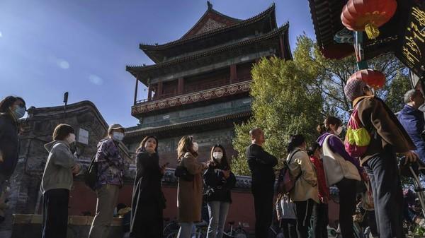 Antrean pengunjung pun tak dapat terhindarkan. Beruntung China sudah mengizinkan warganya untuk makan di restoran secara beramai-ramai karena kasus Covid-19 yang sudah mereda di sana. (Kevin Frayer/Getty Images AsiaPac/Getty Images)