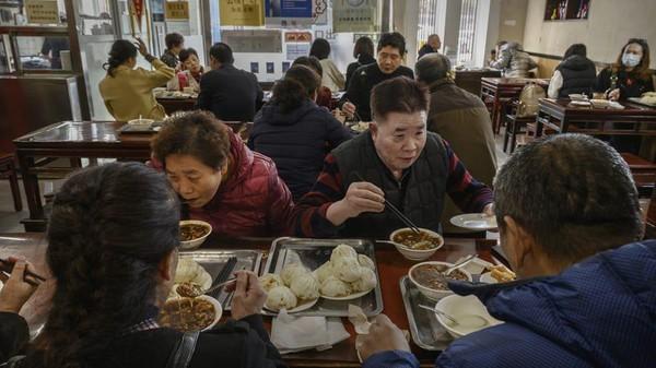 Ada cerita menarik terkait Joe Biden di restoran ini. Biden diketahui membayar sebesar 100 Yuan (Rp 200 ribuan) untuk makanan yang dipesannya bersama rombongan. Padahal total tagihannya hanya 75 Yuan. Kembaliannya diberikan ke restoran buat tip karena kunjungan Biden menyebabkan keramaian. (Kevin Frayer/Getty Images AsiaPac/Getty Images)