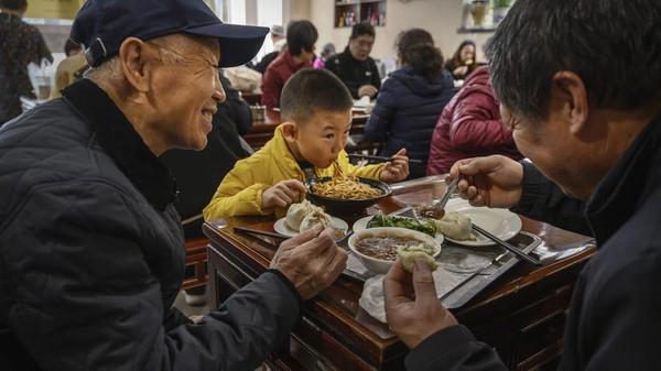Sang pemilik restoran, Yao Yan pun mengaku siap menyambut kedatangan Joe Biden kapan saja bila dia ada kesempatan lagi berkunjung ke Beijing. Sebagai seorang teman lama, kami siap menyambutnya kapan saja, pungkas Yao. (Kevin Frayer/Getty Images AsiaPac/Getty Images)