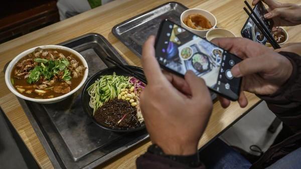 Set menu itu pun jadi buruan wisatawan. Berkat dilarisi Joe Biden, restoran tersebut kini memiliki 3 cabang setelah 30 tahun lebih berdiri. (Kevin Frayer/Getty Images AsiaPac/Getty Images)