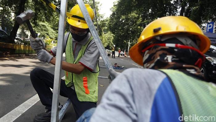 Penataan Pedagang Kaki Lima (PKL) Higienis di Jalan Raden Fatah, Kebayoran, Jakarta Selatan, mulai dikerjakan. Proyek ini sempat molor selama sebulan.